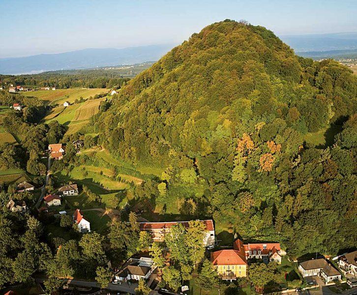 Der Wildoner Schlossberg von Westen. (© Pixelmaker/R. Sommerauer)