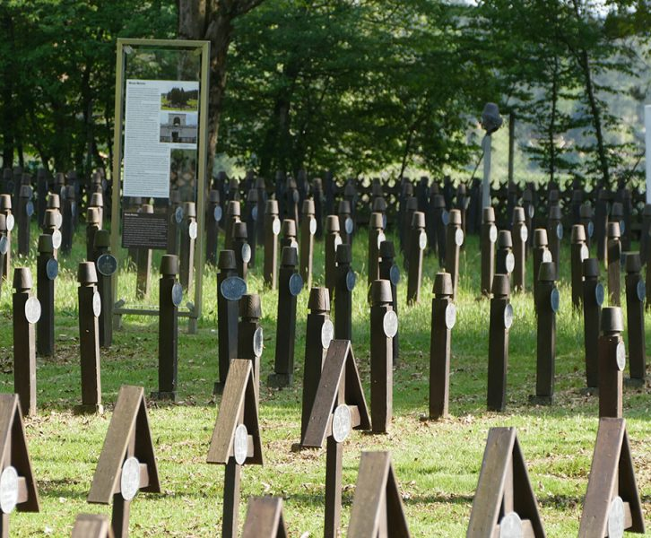 Blick auf die Gräberreihen im Soldatenfriedhof. Im Hintergrund die Gräber der Gefallenen muslimischer Einheiten mit stilisiertem Fez (©KPH/G. Lassacher)