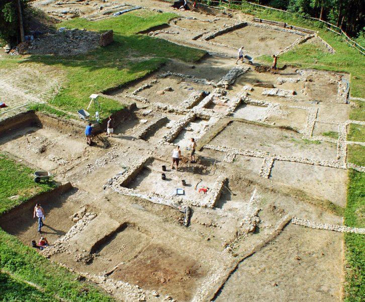 Übersichtsfoto der ausgegrabenen Grundmauern im Jahr 2011 (© B. Schrettle / ASIST)