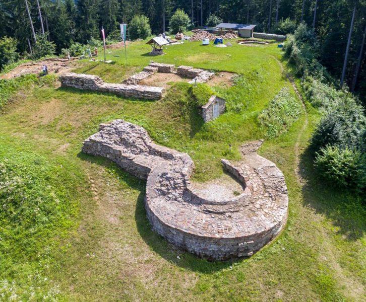 Drohnenfoto mit dem Gelände der Burg Schwanberg, im Vordergrund das Kanonenrondell (© ASIST)