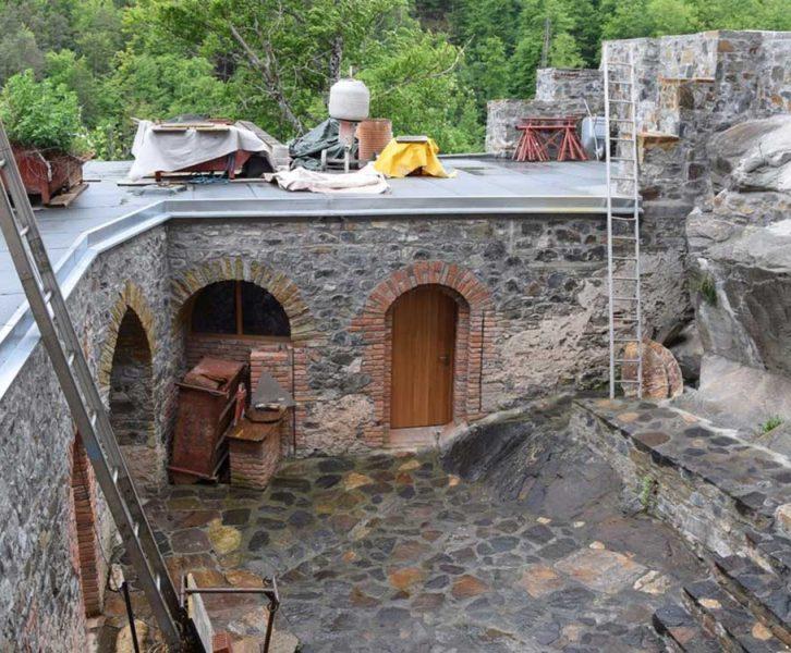 Blick in den Innenhof und auf den partiell Rekonstruierten L-Trakt (© S. Kiegerl)