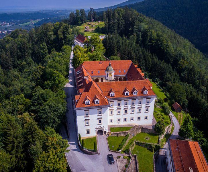 Drohnenfoto mit dem barocken Schloss, im Hintergrund die Fundstelle Tanzboden (© ASIST)