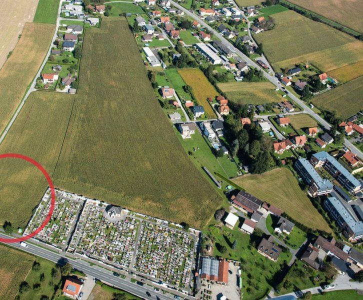Luftbildaufnahme. Im linken unteren Eck zeichnet sich deutlich der Rest eines hallstattzeitlichen Großgrabhügels ab. (© KPH/M. Fera)